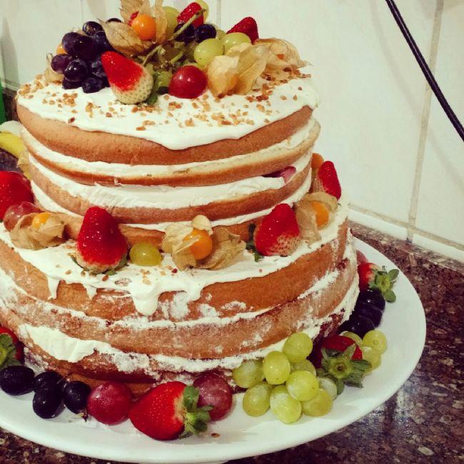 Chef confeiteiro faz sucesso com naked cakes de massa de