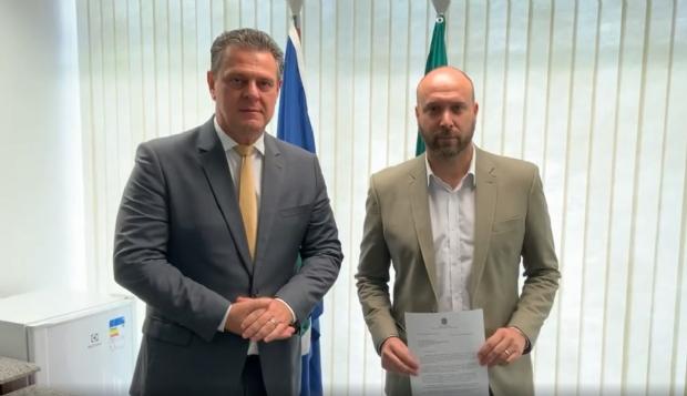 Secretário aparece junto do senador Carlos Fávaro após negociações em Brasília.