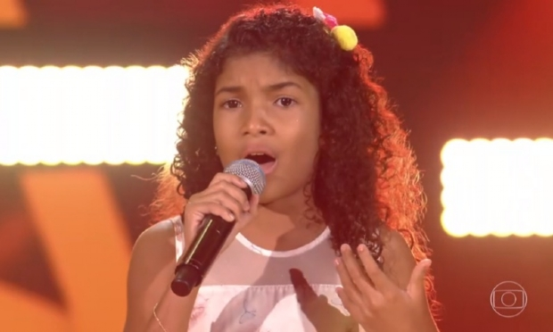 ​Mato-grossense se emociona ao cantar no The Voice Kids e entra para o time de Carlinhos Brown